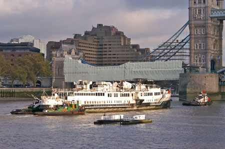 Queen Mary leaving the Thames - Photo: © Ian Boyle, 9th Novembe2009