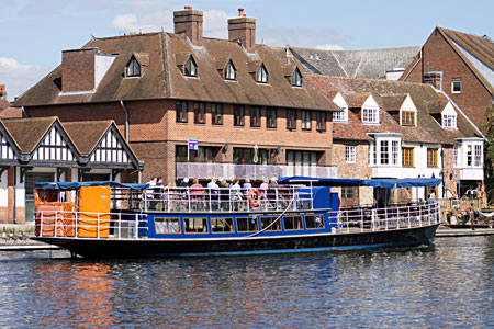 HAMPTON COURT arriving at Windsor - Photo: �Ian Boyle 1st September 2010 - www.simplonpc.co.uk